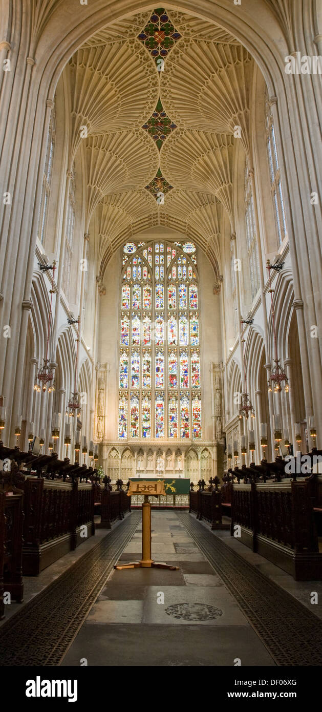 Ostfenster in Bath Abbey, betrachtet aus dem Chor. Bath, Somerset, UK. Stockbild
