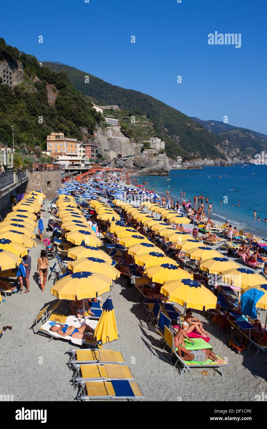 Sonnenschirme am Strand New Town in Monterosso al Mare Cinque Terre Ligurien Italien Stockbild