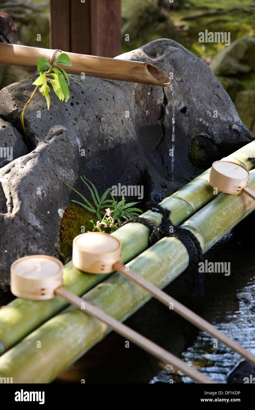 Japanischer Bambusbrunnen Stockfotos Japanischer Bambusbrunnen