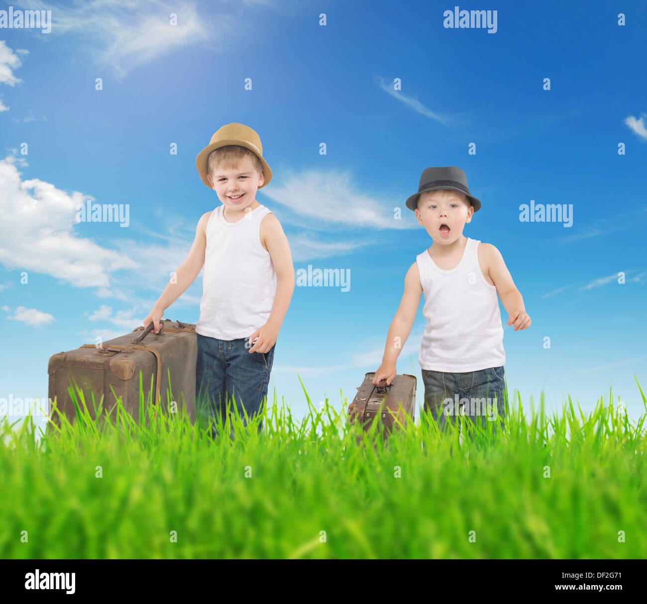 Schickes Bild von zwei Brüdern, die mit Gepäck laufen Stockbild