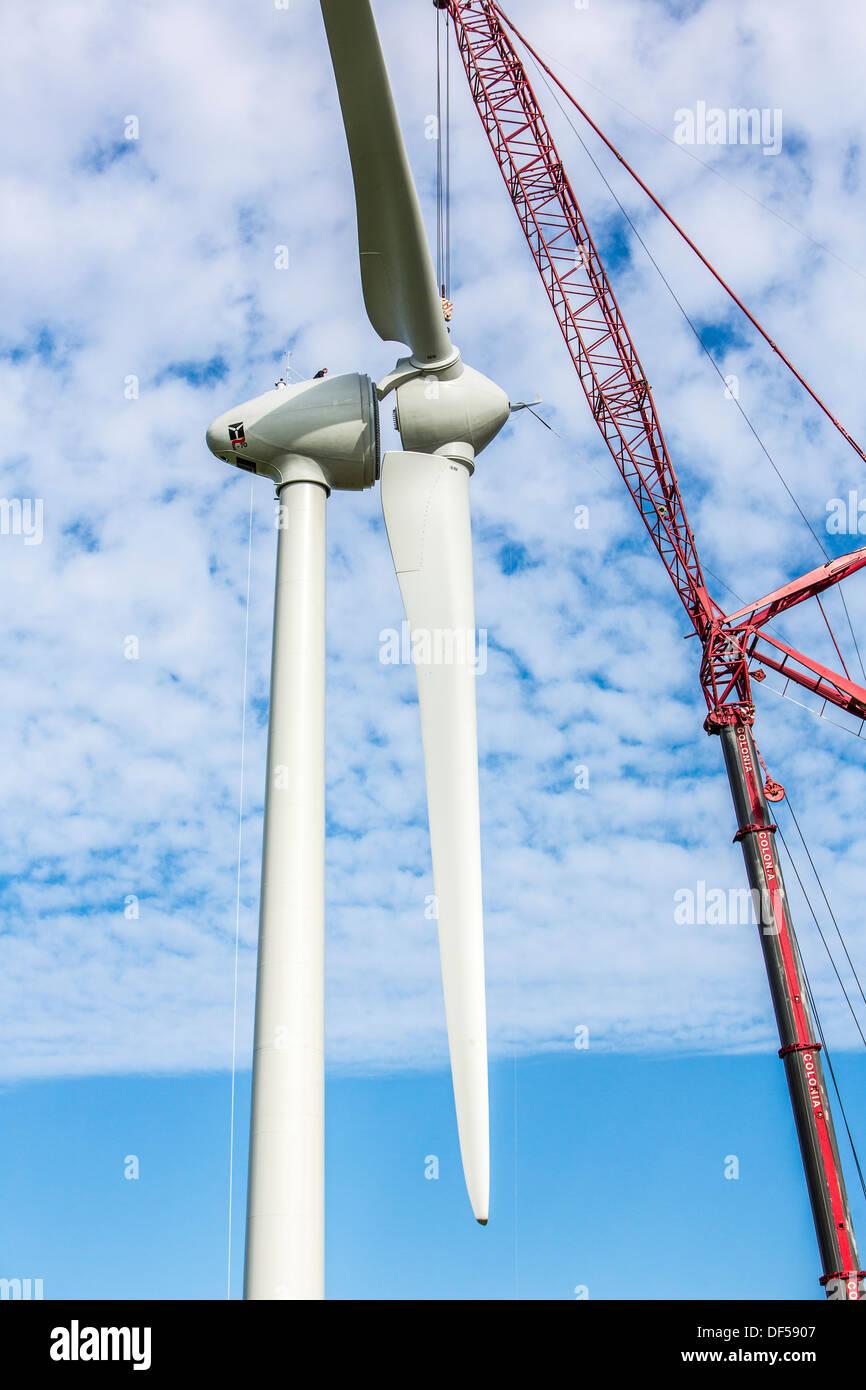 Konstruktion, Installation einer Windkraftanlage. Wind-Turbinen, Windpark, Park. Windkraft, Windenergie, Baustelle. Stockbild