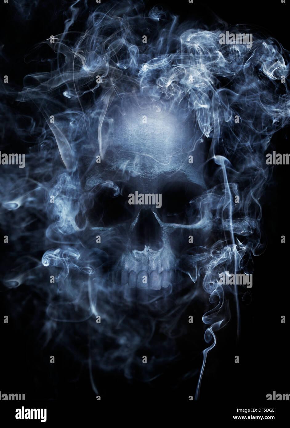 Fotomontage eines menschlichen Schädels, umgeben von Zigarettenrauch. Stockbild