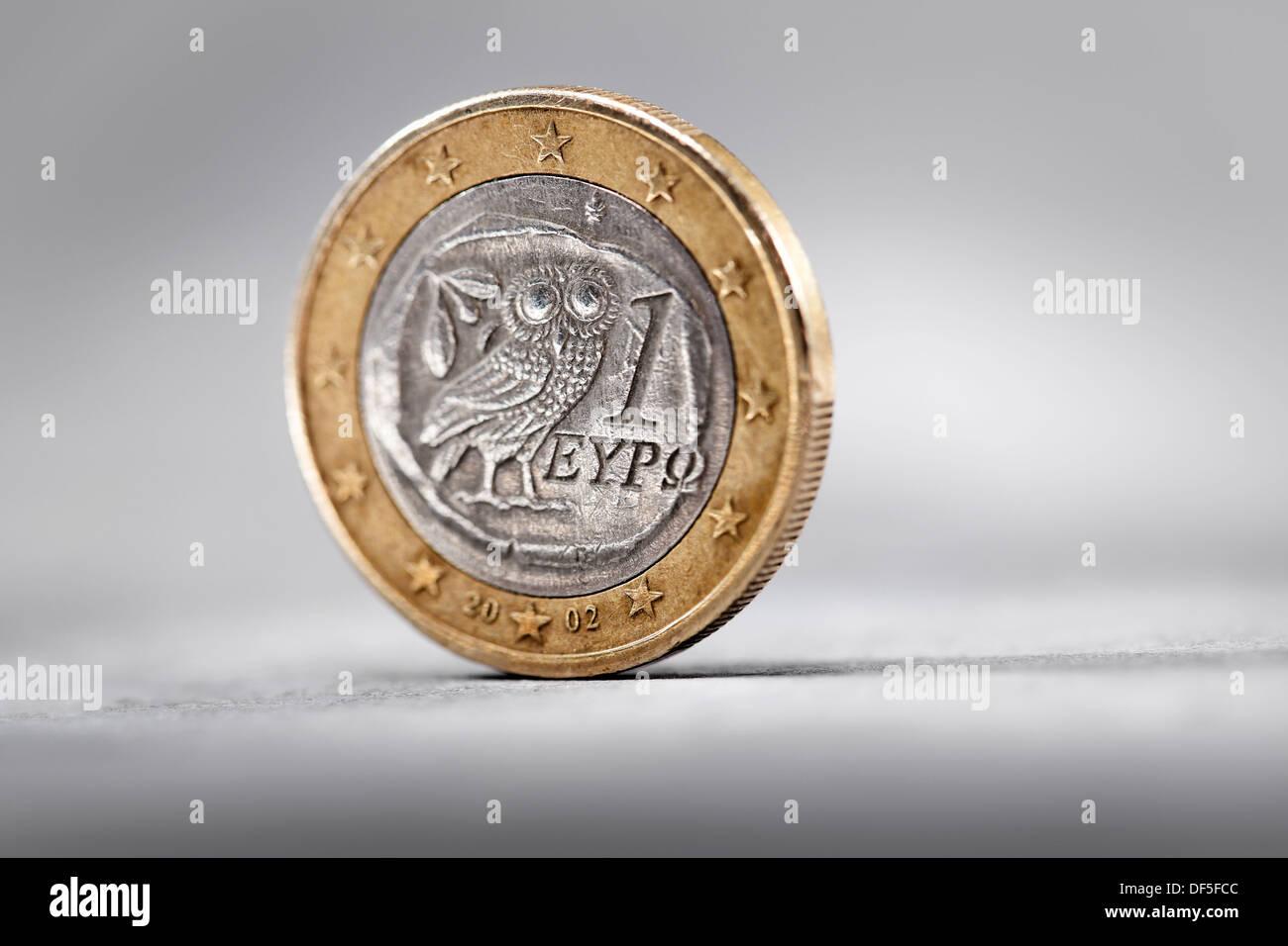 Griechischen 1-Euro-Münze auf grauem Hintergrund. Stockbild
