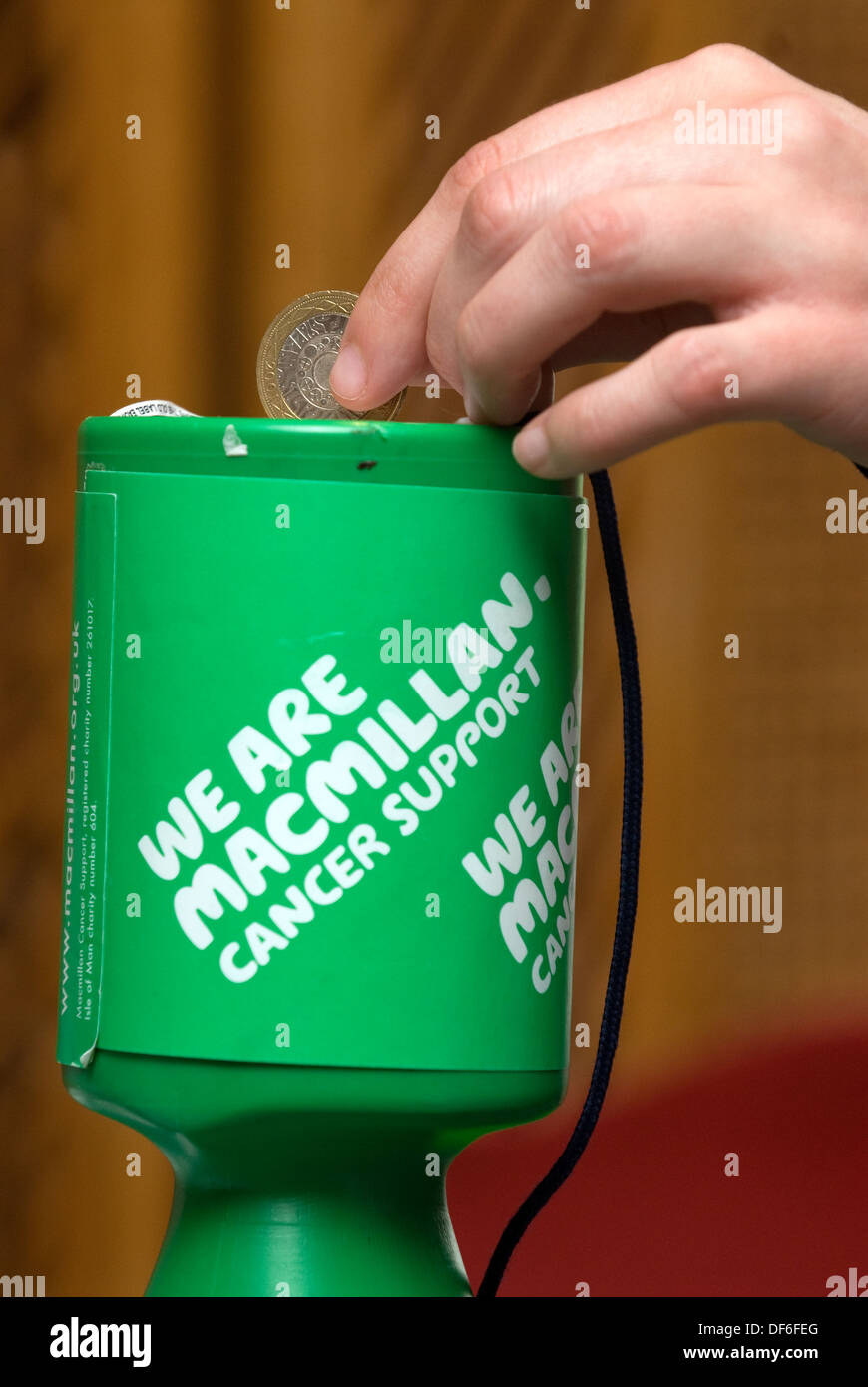 Eine £2 Spende Krebs unterstützen, Surrey zu Macmillan, UK. Stockbild