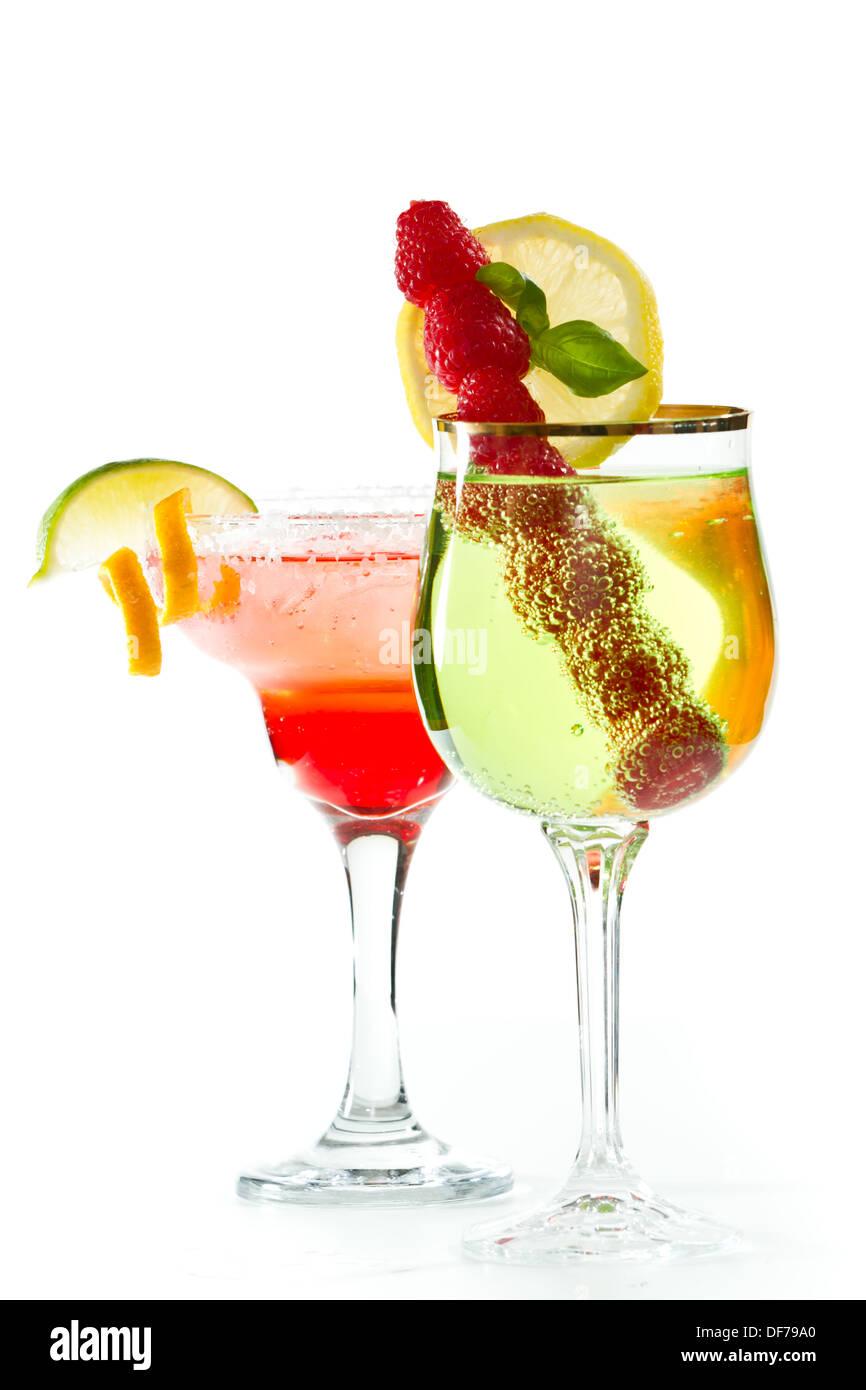 erfrischend fruchtige Cocktails isoliert auf einem weißen Hintergrund, garniert mit einer Limette und einer orange twist Stockbild