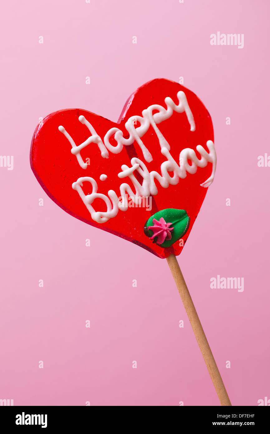 Lutscher mit Happy Birthday in Herzform Stockfoto