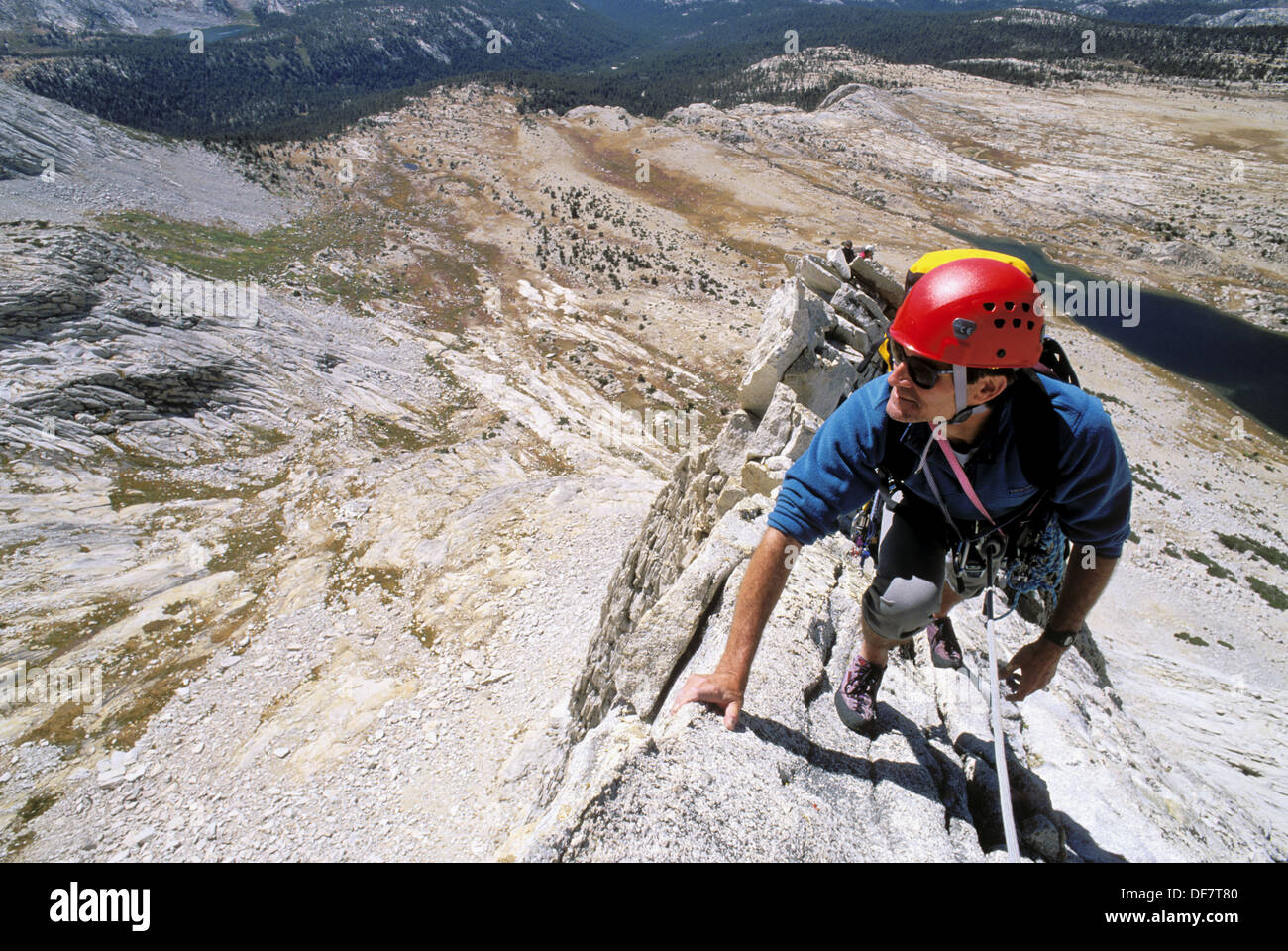 Klettersteig Yosemite : Bergsteiger auf der west ridge von mount conness tuolumne meadows