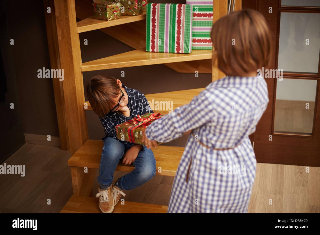 Verwöhntes Kind weigert ein Weihnachtsgeschenk seiner Schwester ...