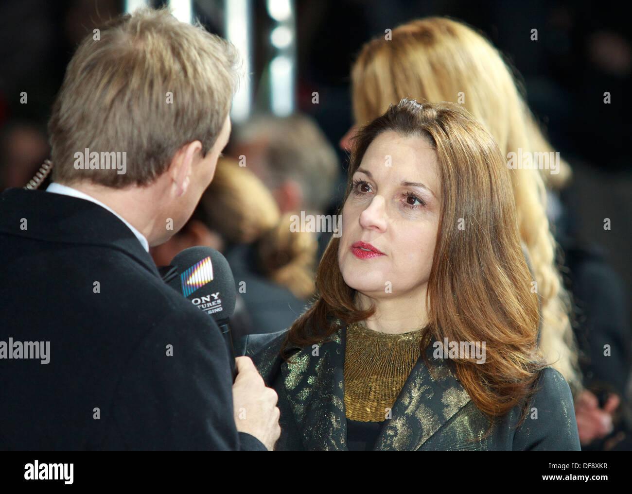 "Filmproduzentin Barbara Broccoli, während ""Skyfall"" Film-Premiere in Berlin am 30. Oktober 2012 befragt Stockbild"