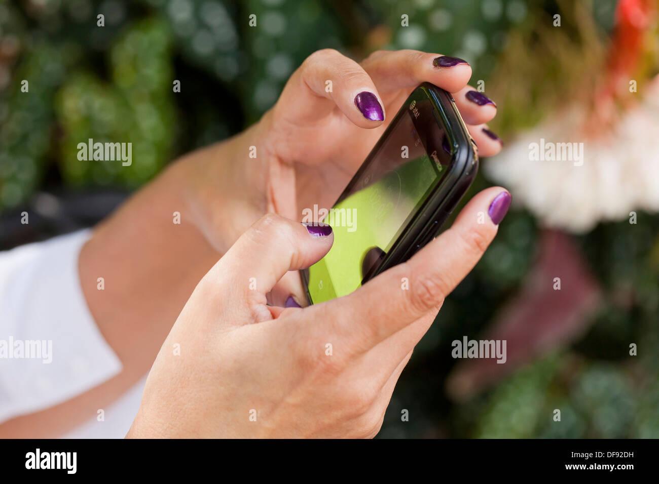 Nahaufnahme von Frauenhand mit Smartphone Stockbild