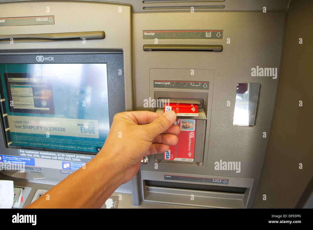 ec karte usa Einfügen von ec Karte in der Bank von Amerika ATM USA Stockfoto