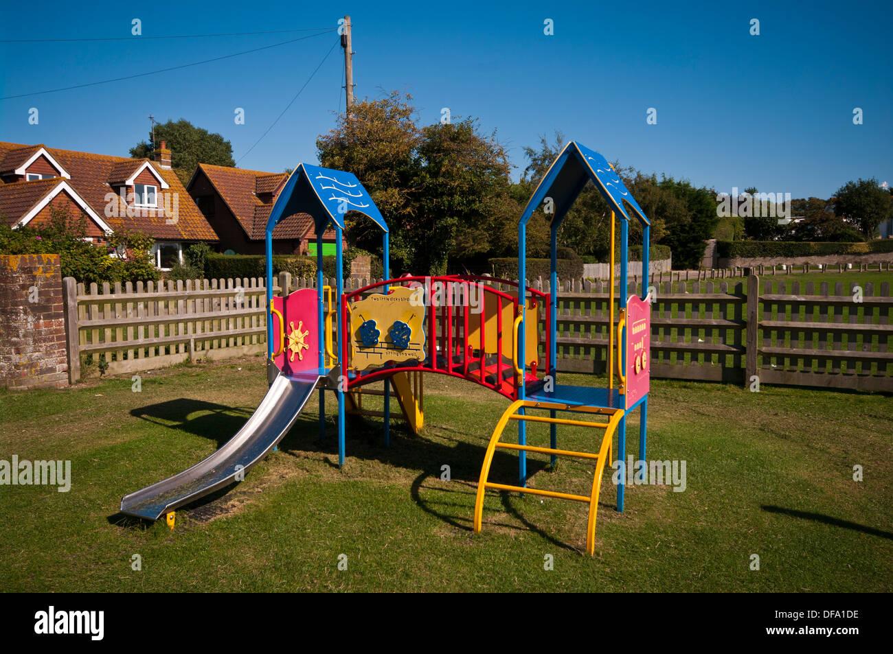 Klettergerüst English : Kinderspielplatz metall klettergerüst und rutsche stockfoto bild
