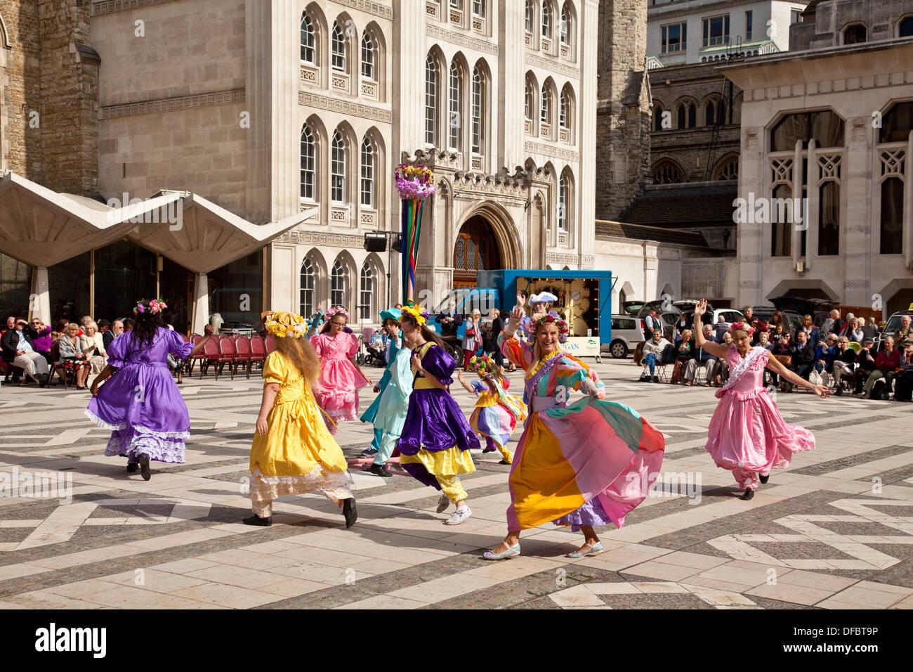Maibaum-Tänzer, Pearly Kings und Queens Gesellschaft Harvest Festival, London, England Stockbild