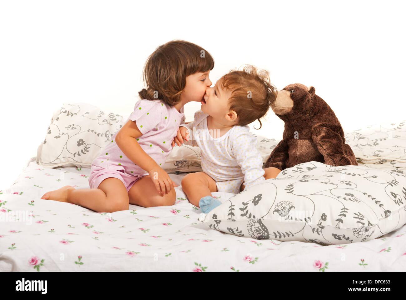 Bett Kleinkind Junge ~ Kleinkind mädchen einen jungen küssen und sitzen zusammen im bett