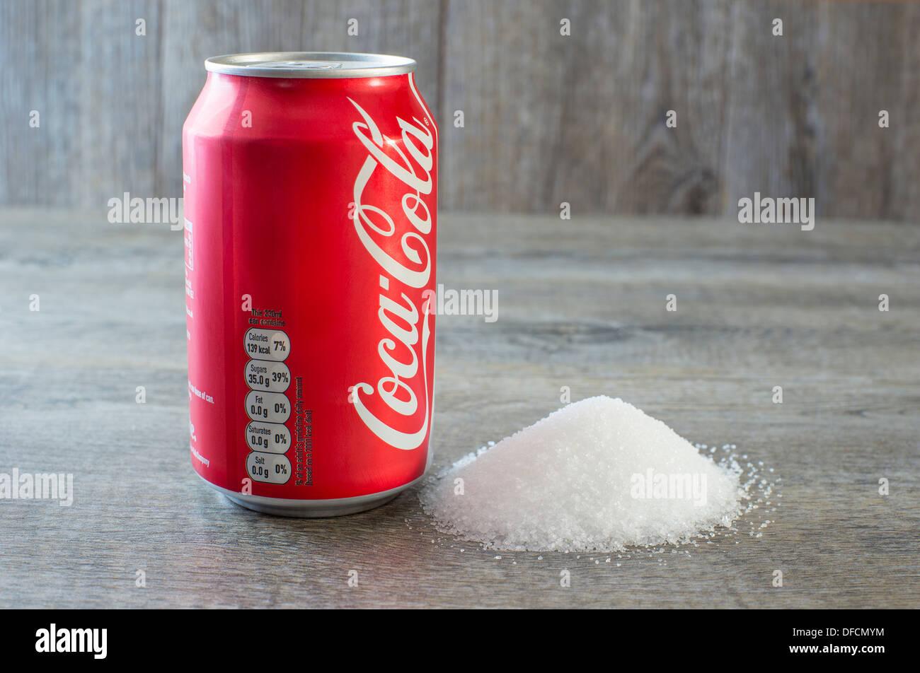 soft Getränke stehen neben Haufen Zucker mit Schwerpunkt auf ...