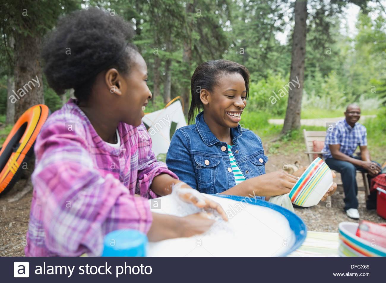 Glücklich Geschwister Abwasch auf Campingplatz Stockbild