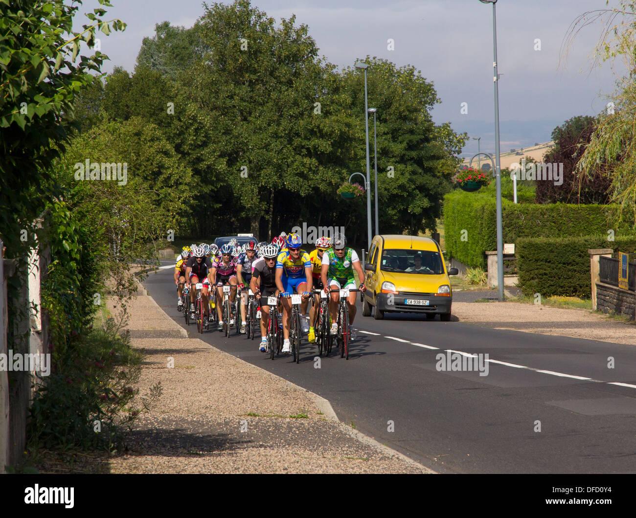 3. August 2013, Siaugues-St-Romain, Auvergne, Frankreich: ein lokaler aber wettbewerbsfähige Radrennen betritt Stockbild