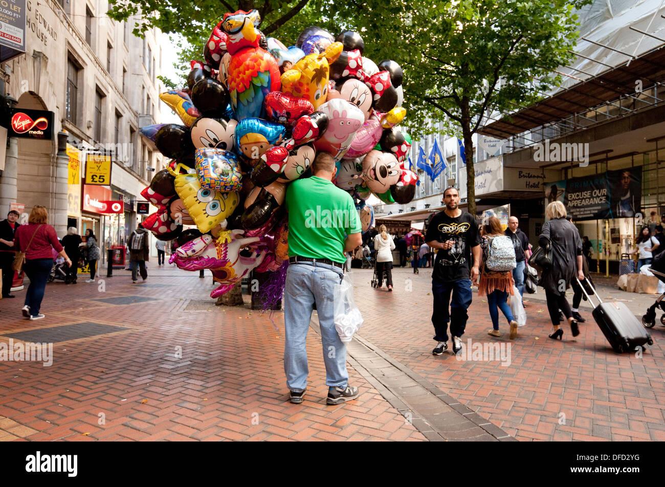 Ballon-Verkäufer, New Street Fußgängerzone High Street, Birmingham, England UK Stockbild