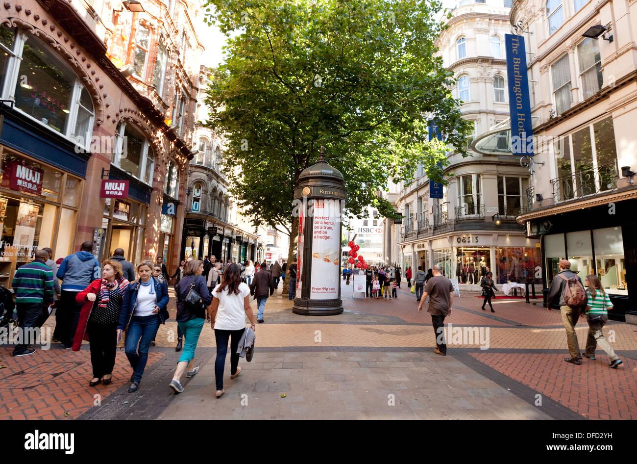 Menschen beim Einkaufen auf einer High-Fußgängerzone - neue Straße, Stadtzentrum von Birmingham, UK Stockbild