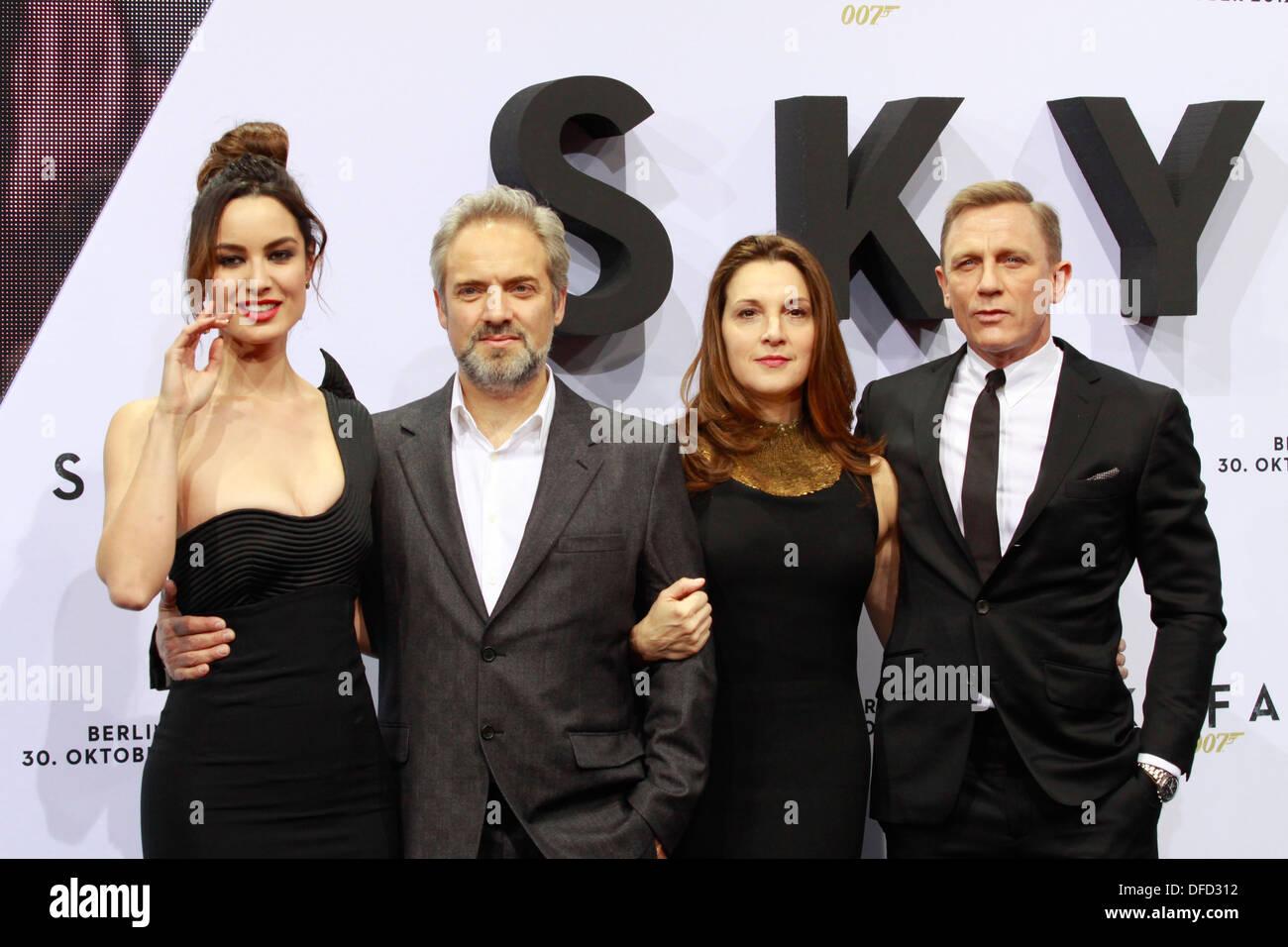 "Berenice Marlohe, Sam Mendes, Barbara Broccoli und Daniel Craig im Film ""Skyfall""-Premiere in Berlin am 30. Oktober 2012 Stockbild"