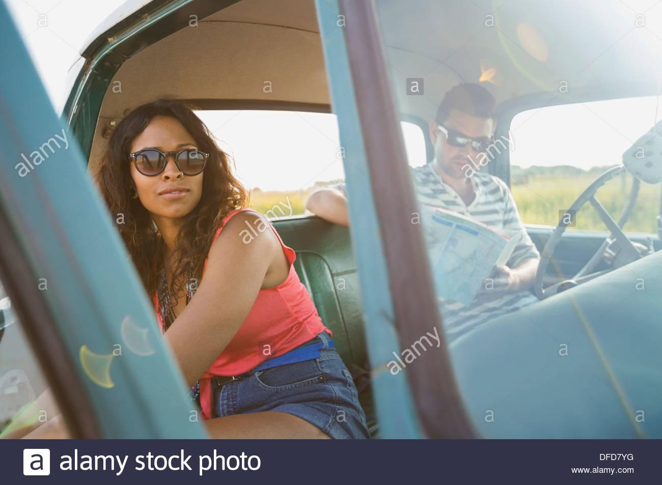 Junges Paar sitzt in Pick-up-truck Stockbild