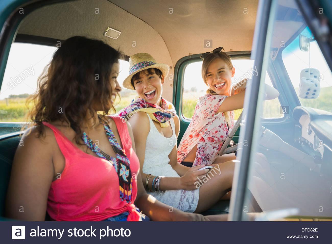Freundinnen sitzen in Pick-up-truck Stockbild