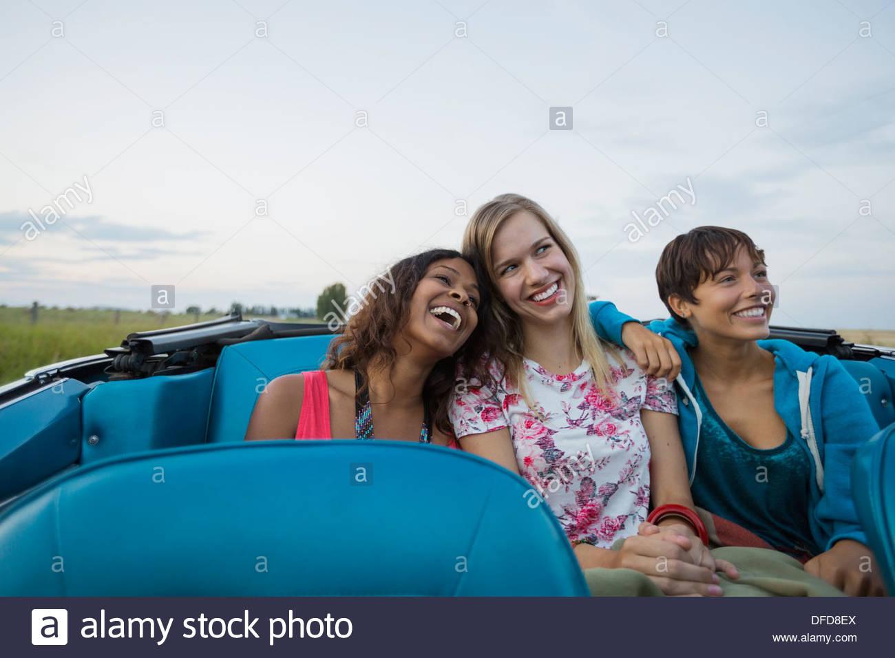 Lächelnden Freundinnen sitzen im Cabrio Stockbild