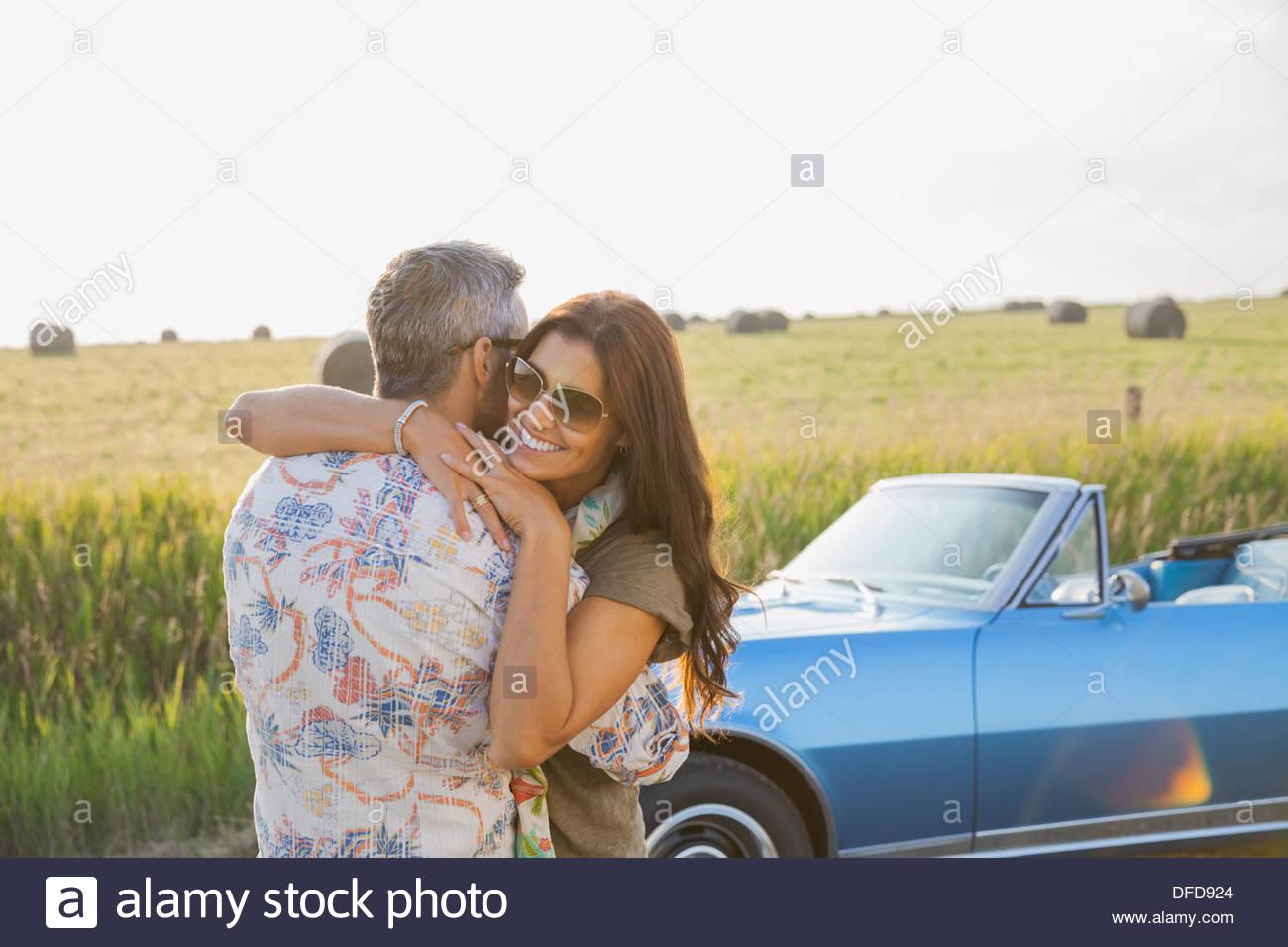 Liebevolle paar umarmt im freien Stockbild