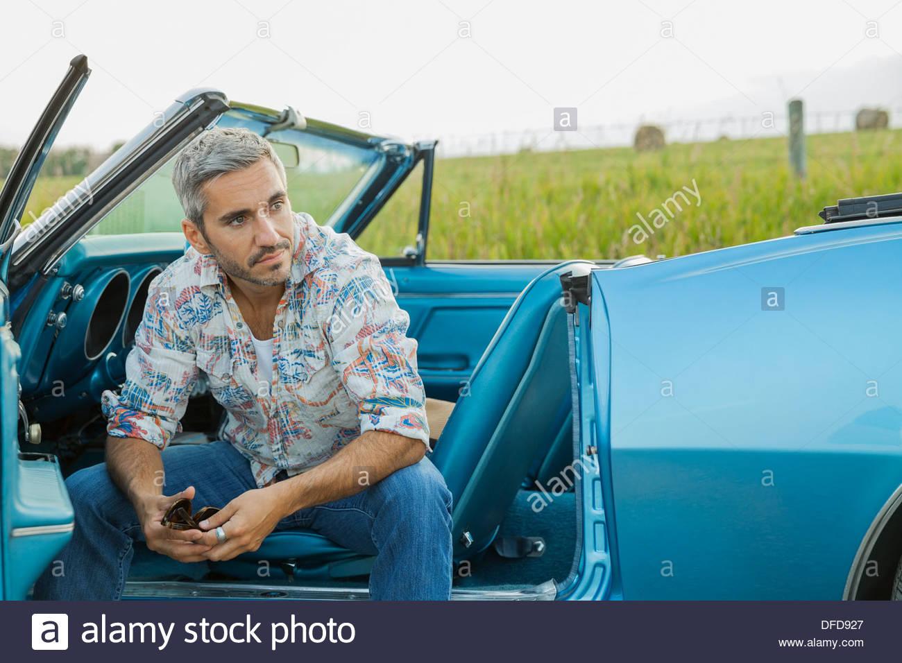 Mitte erwachsenen Mann sitzt im Cabrio Stockbild
