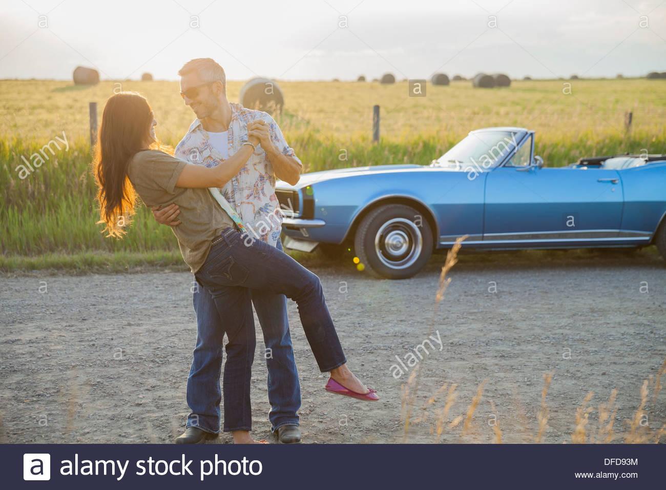 Romantisch zu zweit tanzen auf Landstraße Stockbild