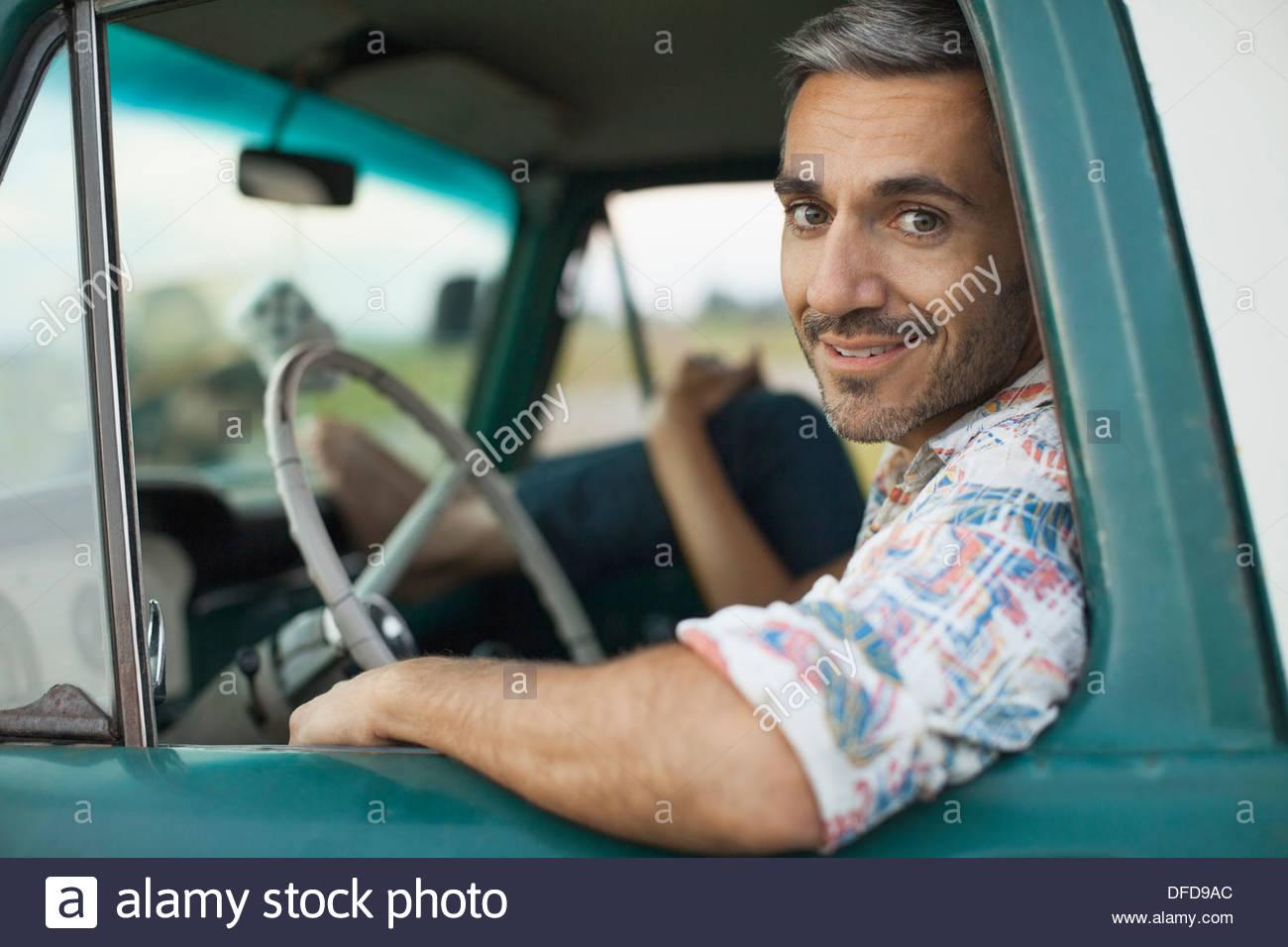 Porträt von Mitte erwachsenen Mann sitzt in Pick-up-truck Stockbild