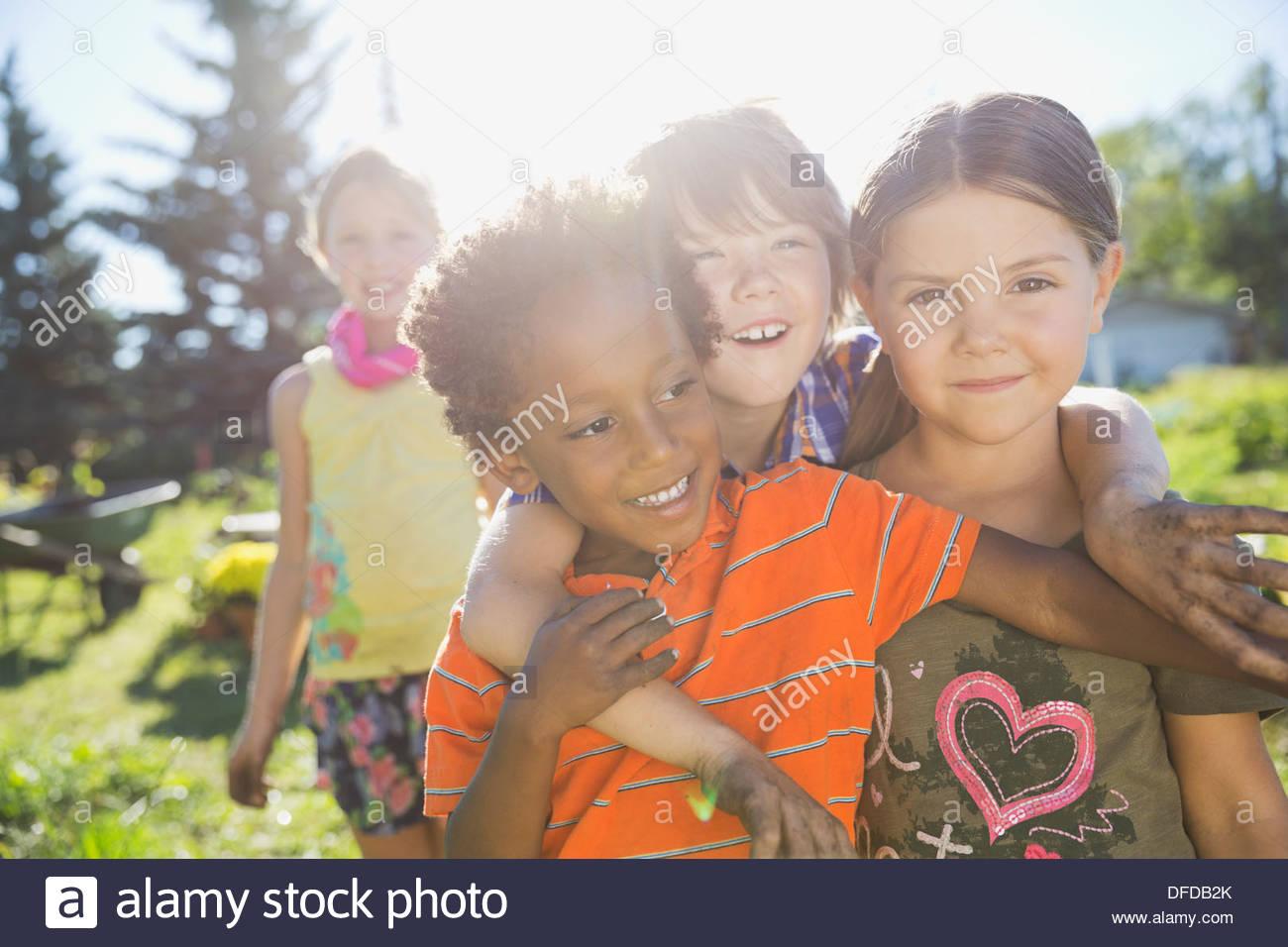 Verspielte Kinder im Gemeinschaftsgarten Stockbild