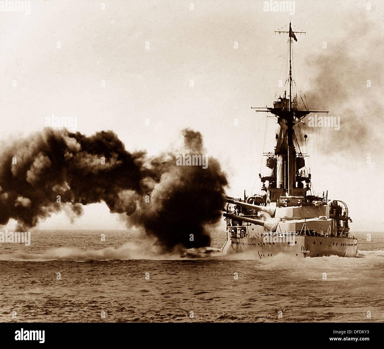 Britische Schlachtschiff feuert eine Breitseite während WW1 Stockbild