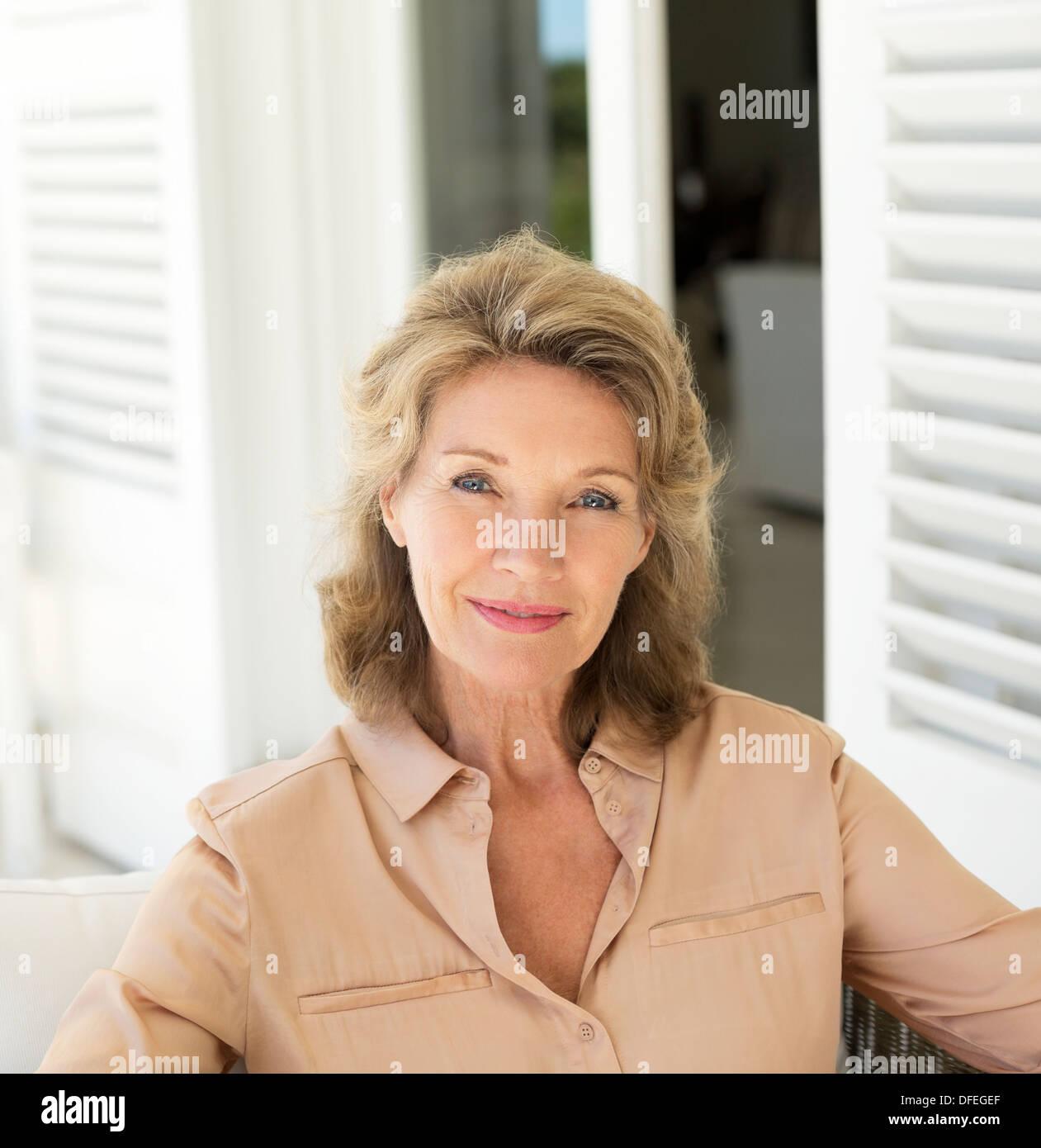 Porträt von lächelnden senior Frau auf der Terrasse Stockbild