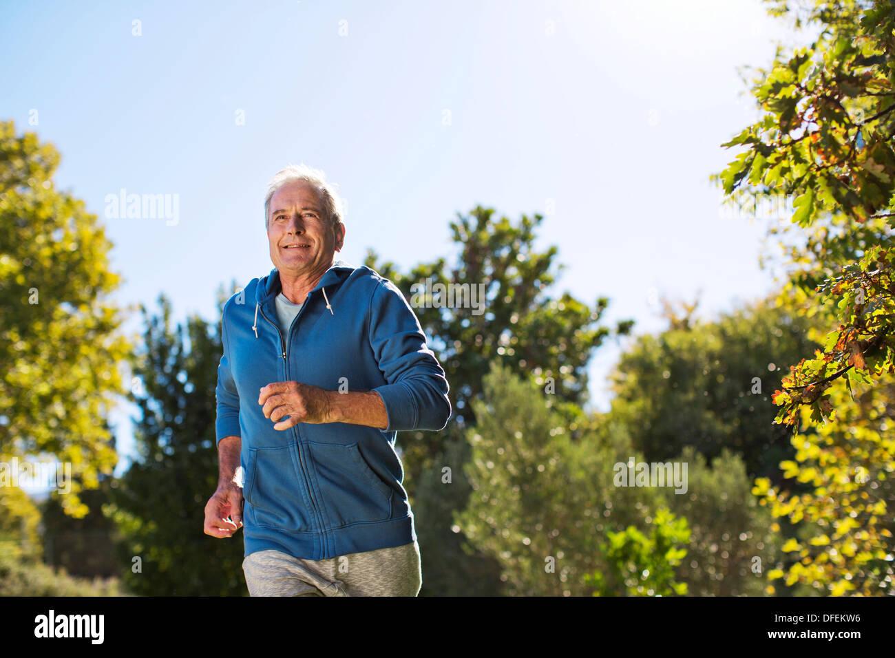 Ältere Mann läuft im park Stockfoto