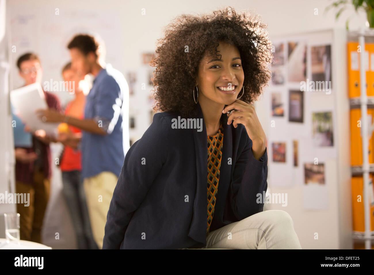 Porträt von lächelnden Geschäftsfrau im Büro Stockbild