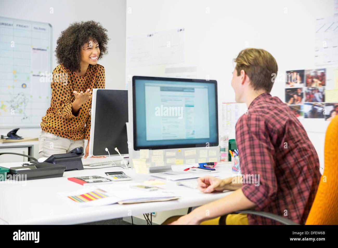 Geschäftsleute im Gespräch im Büro Stockfoto