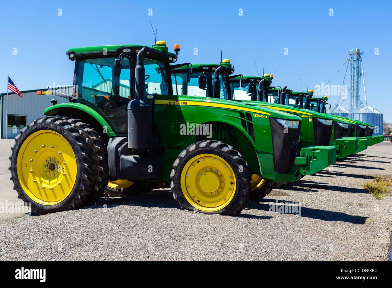 Eine Reihe von John Deere Traktoren außerhalb ein Händler in Idaho, USA Stockfoto