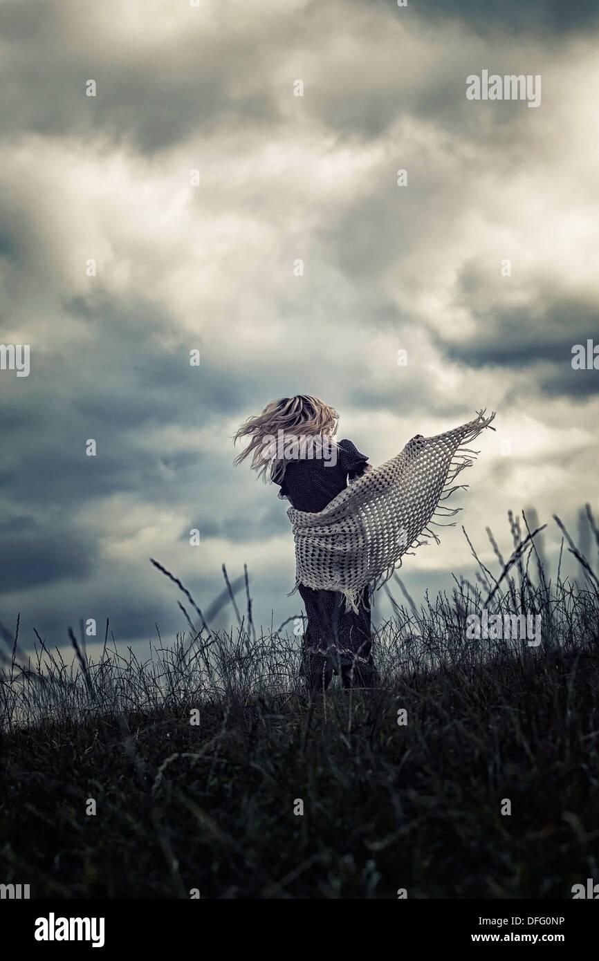 eine Mädchen läuft auf einer Wiese Stockbild