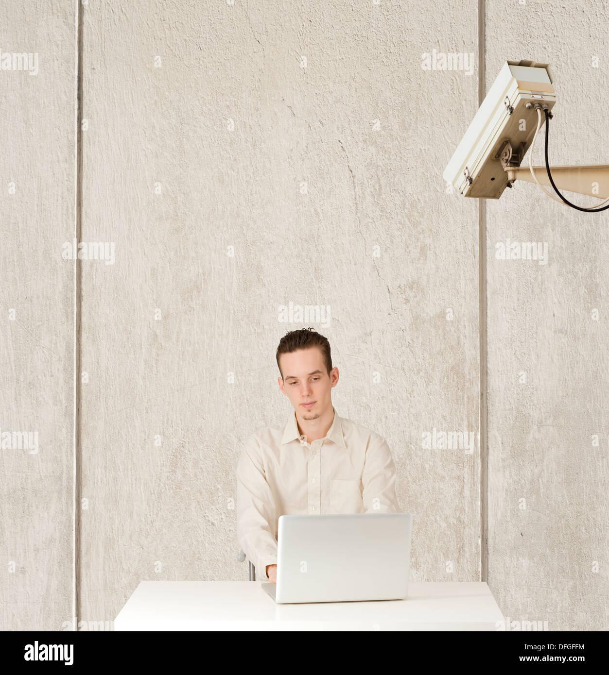 Konzeptbild von Privatsphäre und Computer Internetüberwachung, Man beobachtet Stockbild