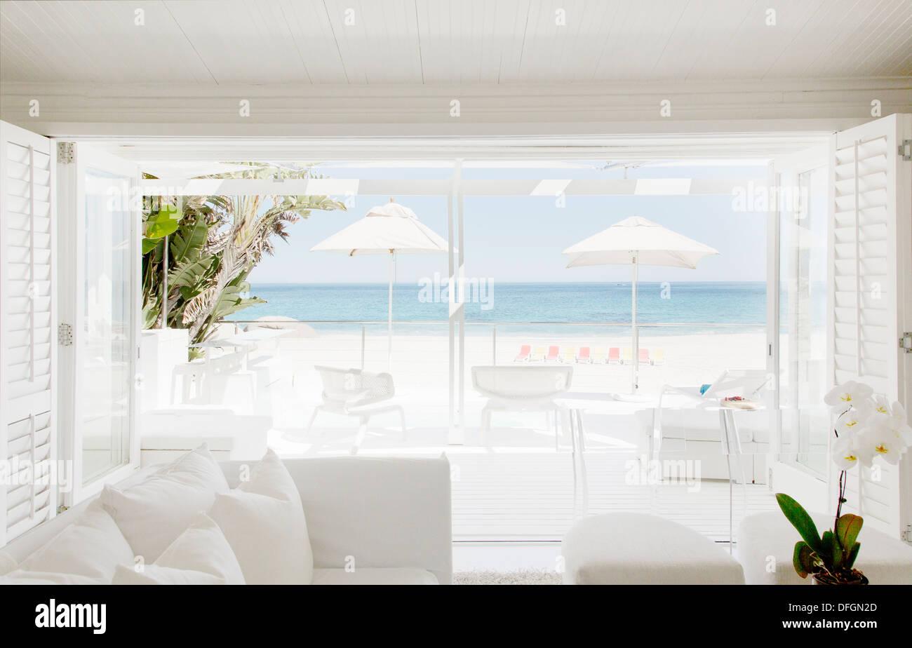 Modernes Wohnzimmer Mit Blick Auf Strand Und Meer Stockfoto Bild