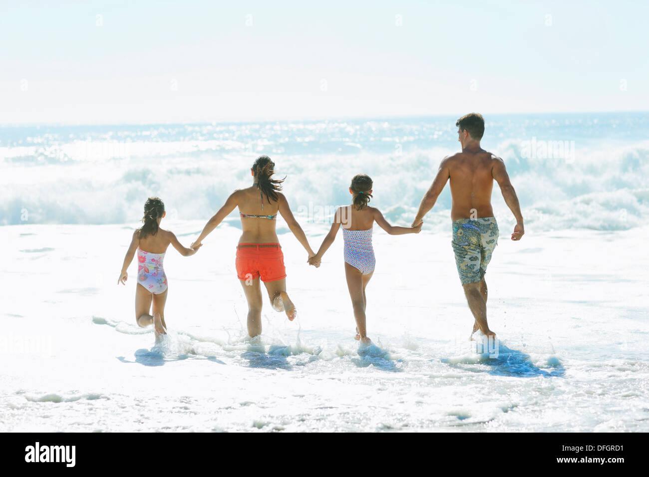 Familie in die Brandung am Strand Stockfoto
