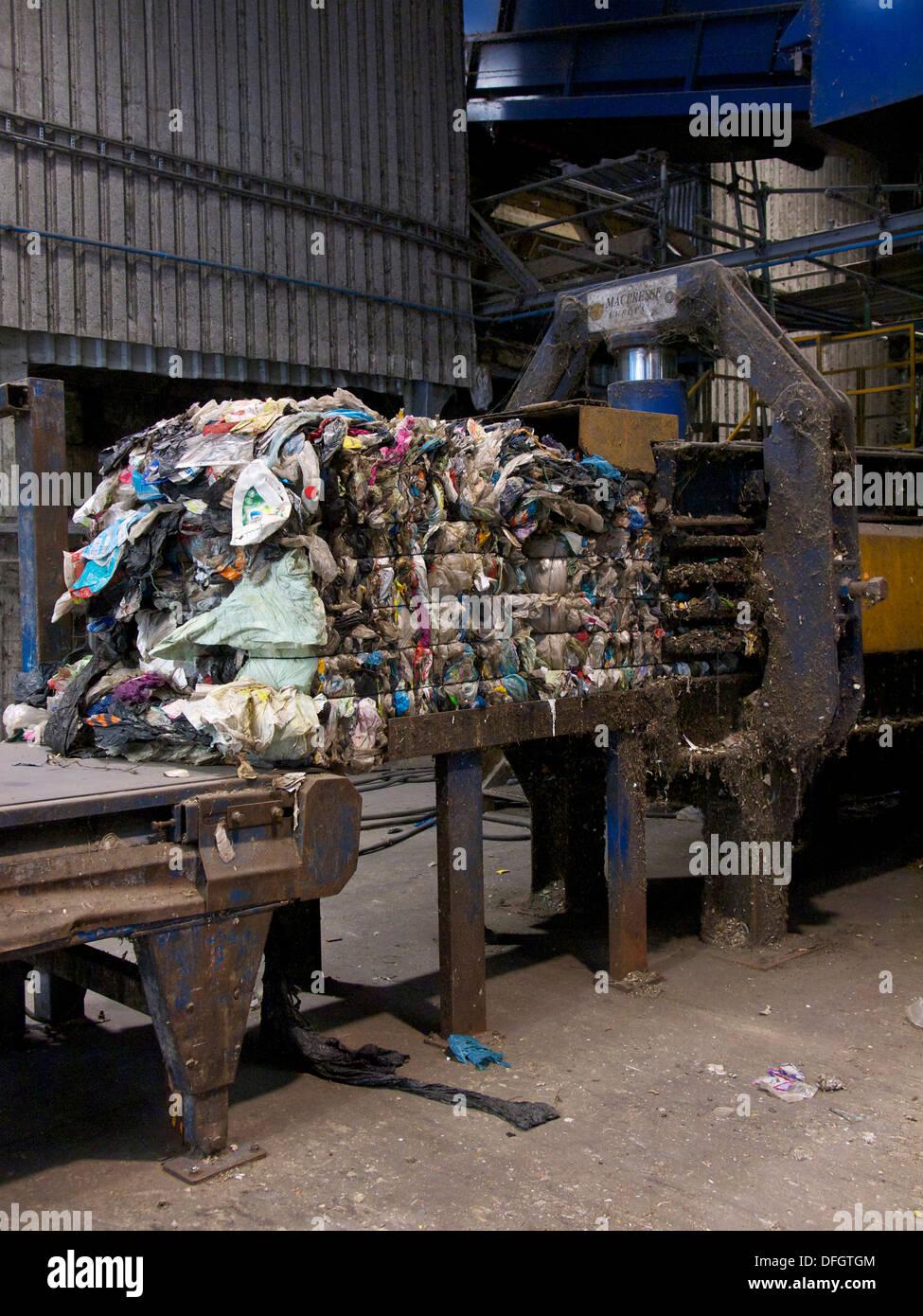 Ballen Von Kunststoffabfälle Auf Hydraulische Presse In Recycling Anlage.  Der Kunststoff Ist Vom Hausmüll