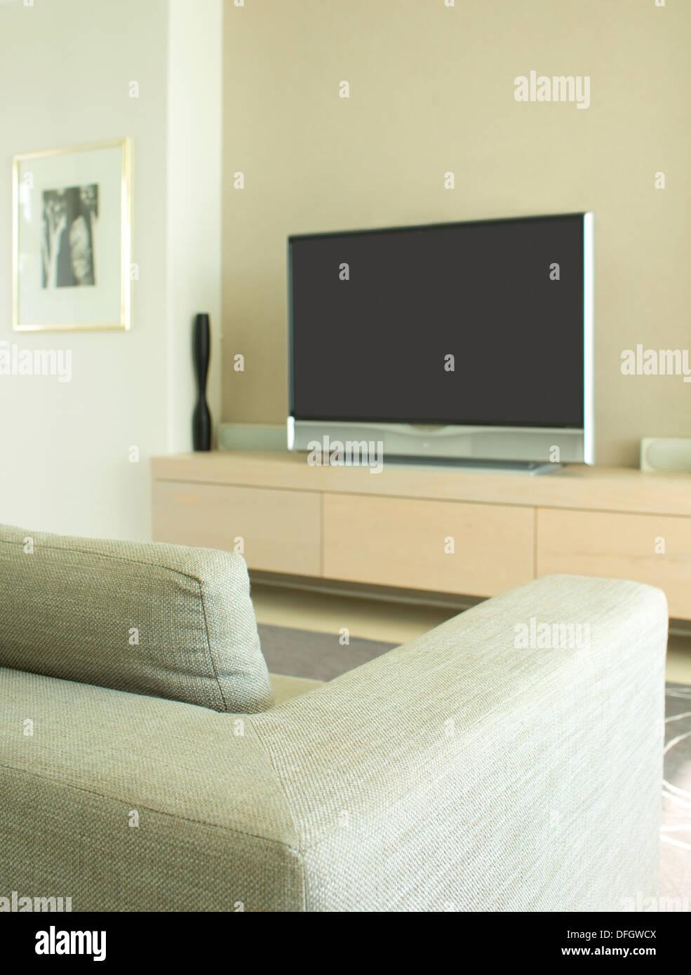 Sofa und Fernseher in modernen Wohnzimmern Stockfoto, Bild: 61222138 ...