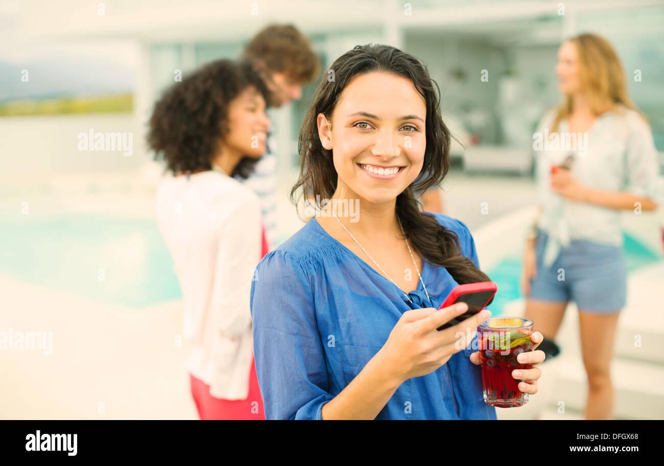 Frau mit Handy auf party Stockfoto