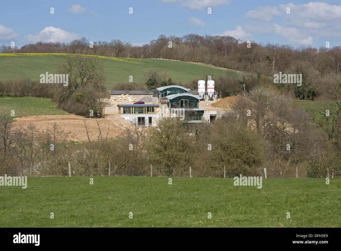 Mondstein einen sehr großen Öko-Haus im Bau öffnen Cotswold Landschaft Elkstone UK Stockbild