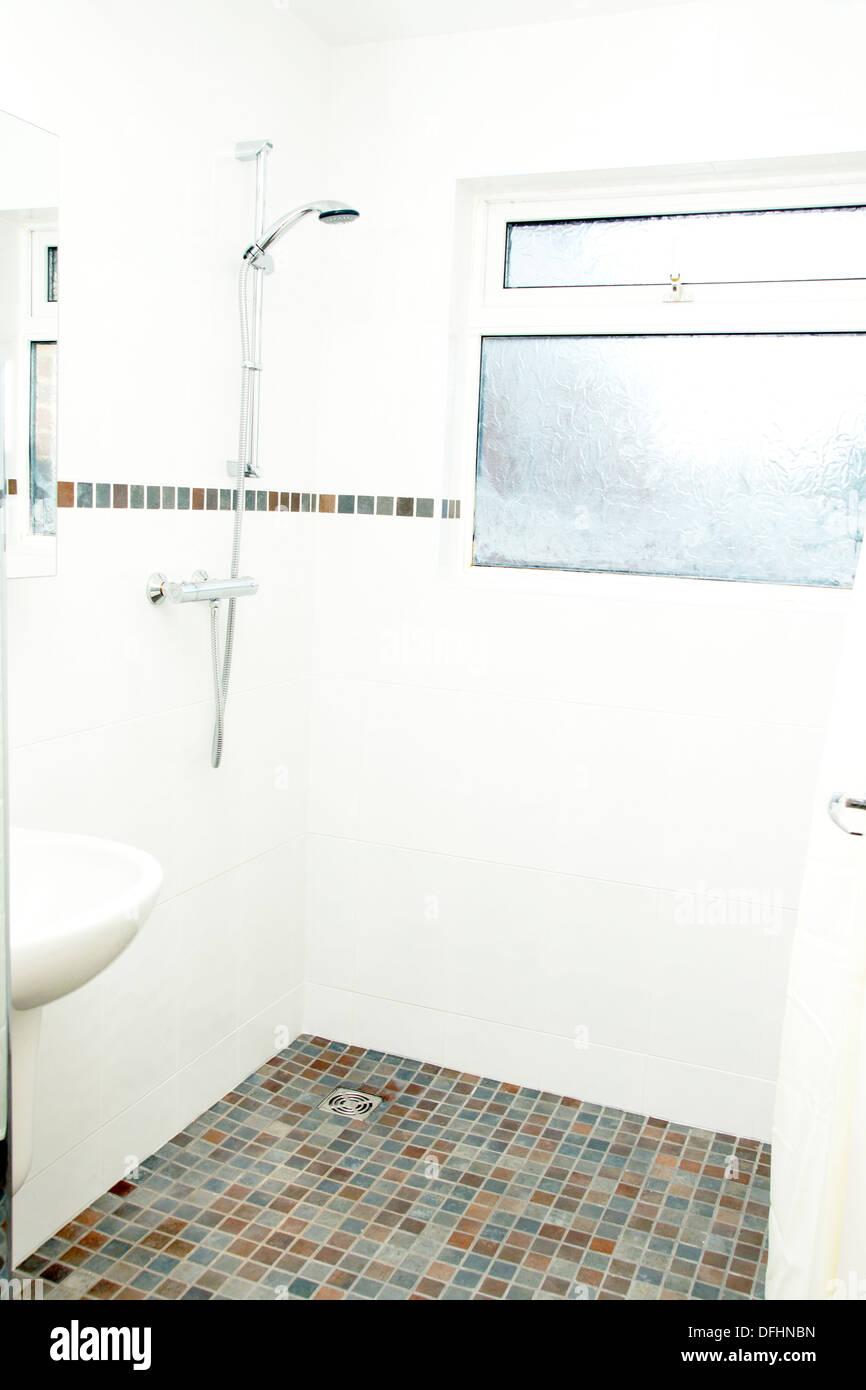 A speziell angepasste Nasszelle Dusche / Bad mit Anti-Rutsch ...