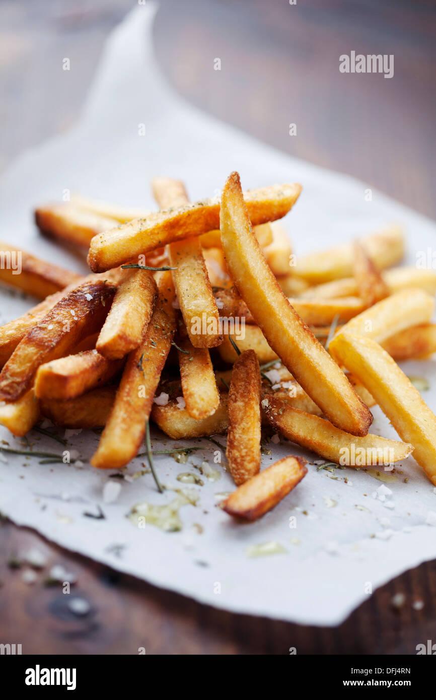 Goldene knusprige Pommes Frites mit Salz und Kräutern Stockbild