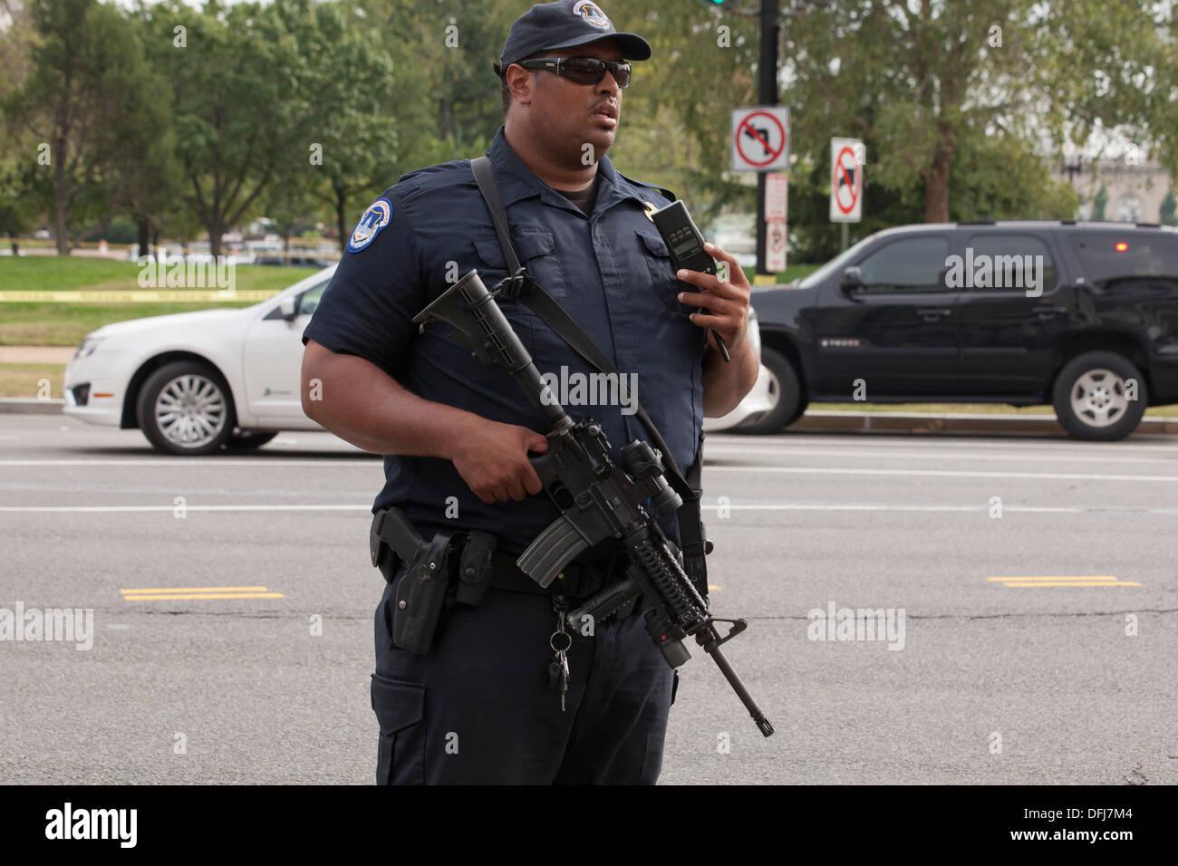 Polizist mit einem halbautomatischen Gewehr an einem Tatort - Washington, DC USA Stockbild