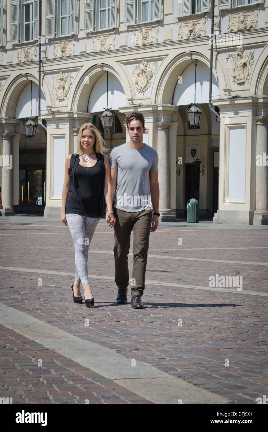 Im Freien Schuss von Freund und Freundin zu Fuß im eleganten, europäische Stadt in der Sonne Stockbild